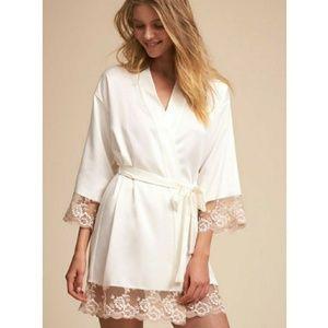 🆕 Flora Nikrooz Short White Robe Pink Lace Hems